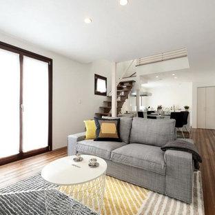 他の地域のモダンスタイルのおしゃれなLDK (フォーマル、白い壁、濃色無垢フローリング、暖炉なし、据え置き型テレビ、茶色い床) の写真