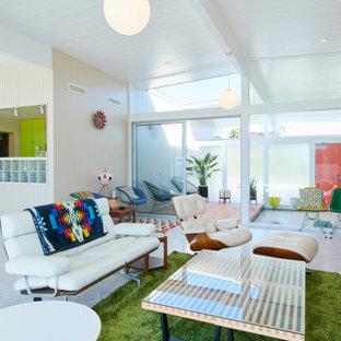 他の地域のミッドセンチュリースタイルのおしゃれなLDK (白い壁、コンクリートの床、グレーの床、三角天井) の写真