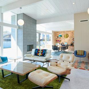 Idee per un soggiorno moderno aperto con pareti beige, pavimento in cemento, camino classico, pavimento grigio e soffitto in perlinato