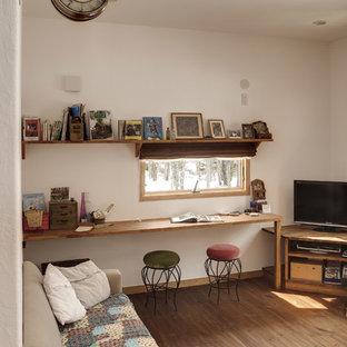 他の地域のアジアンスタイルのおしゃれなリビング (白い壁、無垢フローリング、据え置き型テレビ、茶色い床) の写真