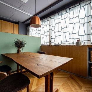 Mittelgroßes, Fernseherloses, Offenes Skandinavisches Wohnzimmer mit Hausbar, beiger Wandfarbe, hellem Holzboden, beigem Boden, Holzdielendecke und Wandpaneelen in Sonstige