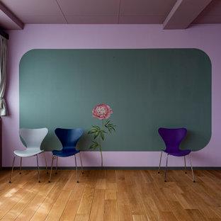 Mittelgroßes, Fernseherloses, Offenes Nordisches Wohnzimmer mit Hausbar, beiger Wandfarbe, hellem Holzboden, beigem Boden, Holzdielendecke und Wandpaneelen in Sonstige