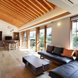 名古屋のアジアンスタイルのおしゃれなLDK (白い壁、淡色無垢フローリング、壁掛け型テレビ、ベージュの床) の写真