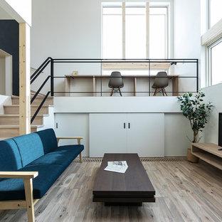 Imagen de salón moderno con paredes blancas, suelo de madera pintada, televisor independiente y suelo marrón