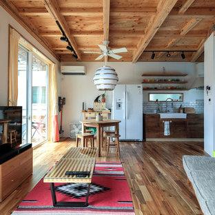 他の地域のアジアンスタイルのおしゃれなLDK (白い壁、塗装フローリング、据え置き型テレビ、茶色い床) の写真