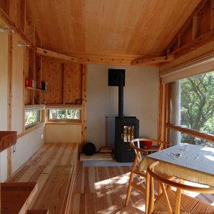 Свежая идея для дизайна: маленькая открытая гостиная комната в стиле рустика с полом из фанеры - отличное фото интерьера