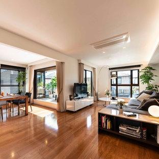 横浜の広いコンテンポラリースタイルのおしゃれなLDK (白い壁、無垢フローリング、据え置き型テレビ、茶色い床) の写真