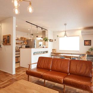 他の地域, の北欧スタイルのおしゃれなリビング (白い壁、無垢フローリング、茶色い床) の写真