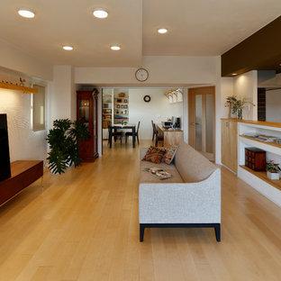 他の地域のアジアンスタイルのおしゃれなLDK (白い壁、淡色無垢フローリング、据え置き型テレビ、ベージュの床) の写真