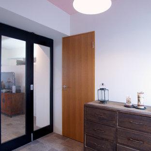 東京23区の中サイズのシャビーシック調のおしゃれな独立型リビング (フォーマル、白い壁、セラミックタイルの床、暖炉なし、据え置き型テレビ) の写真