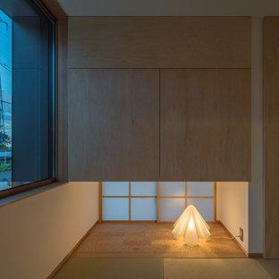 Diseño de salón para visitas cerrado, asiático, pequeño, sin chimenea y televisor, con paredes blancas, tatami y suelo verde