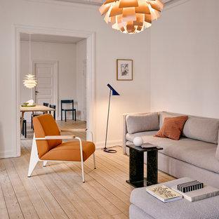 Charmant Cette Photo Montre Un Salon Scandinave Avec Un Mur Blanc, Un Sol En Bois  Clair