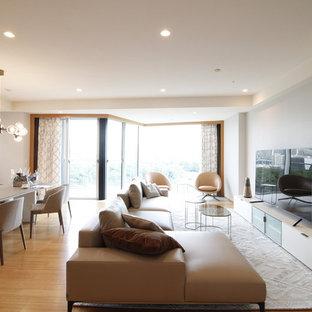 東京23区の大きいコンテンポラリースタイルのおしゃれなLDK (グレーの壁、竹フローリング、暖炉なし、据え置き型テレビ、オレンジの床) の写真
