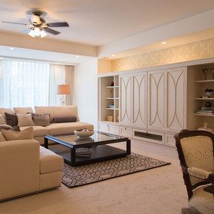 Ejemplo de salón abierto, actual, con paredes beige, moqueta, televisor retractable y suelo beige