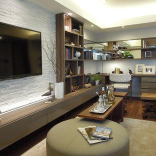 他の地域のミッドセンチュリースタイルのおしゃれなLDK (白い壁、無垢フローリング、暖炉なし、壁掛け型テレビ、茶色い床) の写真