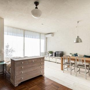 他の地域のコンテンポラリースタイルのおしゃれなリビング (白い壁、塗装フローリング、据え置き型テレビ、マルチカラーの床) の写真
