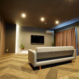 大阪のモダンスタイルのおしゃれなリビング (グレーの壁、カーペット敷き、壁掛け型テレビ、茶色い床) の写真