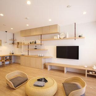 他の地域のアジアンスタイルのおしゃれなリビング (白い壁、淡色無垢フローリング、壁掛け型テレビ) の写真