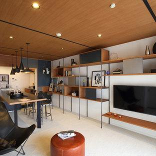 他の地域のコンテンポラリースタイルのおしゃれなリビング (白い壁、壁掛け型テレビ、白い床) の写真