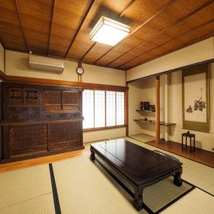 他の地域の和風のおしゃれな独立型リビング (ベージュの壁、畳、緑の床) の写真