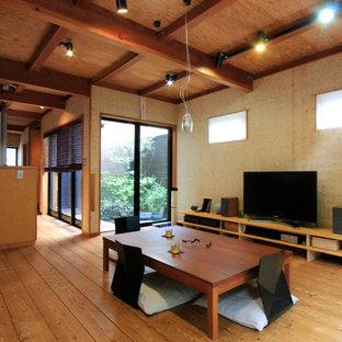 東京都下の和風のおしゃれなリビング (茶色い壁、無垢フローリング、茶色い床) の写真