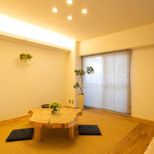 横浜のアジアンスタイルのおしゃれなリビング (白い壁、無垢フローリング、茶色い床) の写真