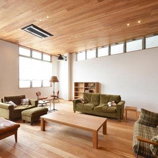 Modelo de salón asiático con paredes blancas y suelo de madera en tonos medios