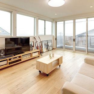 他の地域のモダンスタイルのおしゃれなLDK (白い壁、淡色無垢フローリング、据え置き型テレビ、ベージュの床) の写真