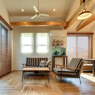 他の地域の中サイズのコンテンポラリースタイルのリビング・居間の画像 (淡色無垢フローリング、テレビなし、LDK)
