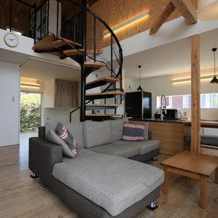 Idéer för små rustika allrum med öppen planlösning, med ett finrum, vita väggar, plywoodgolv, en öppen vedspis, en väggmonterad TV och brunt golv