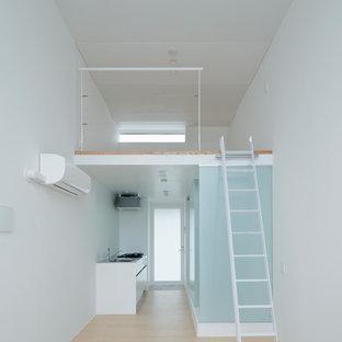 Idee per un piccolo soggiorno contemporaneo stile loft con pareti bianche, pavimento in compensato, nessun camino, nessuna TV e pavimento beige