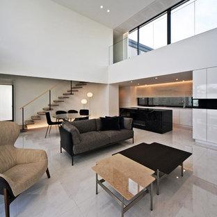 名古屋の大きいアジアンスタイルのおしゃれなLDK (白い壁、標準型暖炉、石材の暖炉まわり、白い床) の写真