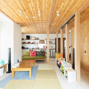 東京都下のカントリー風おしゃれなLDK (白い壁、淡色無垢フローリング、暖炉なし、板張り天井) の写真