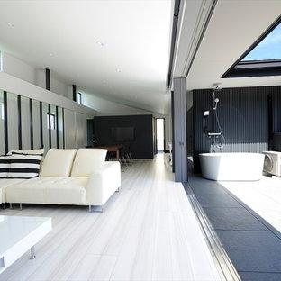 他の地域の巨大なモダンスタイルのおしゃれなLDK (白い壁、グレーの床) の写真