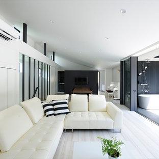 Exempel på ett stort modernt allrum med öppen planlösning, med vita väggar, plywoodgolv, en väggmonterad TV och vitt golv