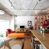 Houzzツアー:ポップカラーの家具が映える、シンプルな上質さを極めたオープンなLDK