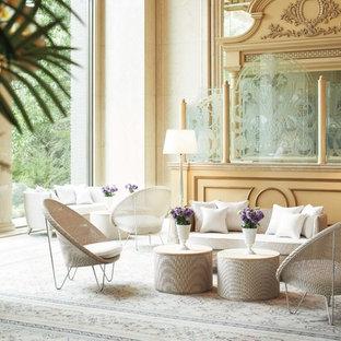 Ispirazione per un soggiorno vittoriano con sala formale, pareti beige e moquette