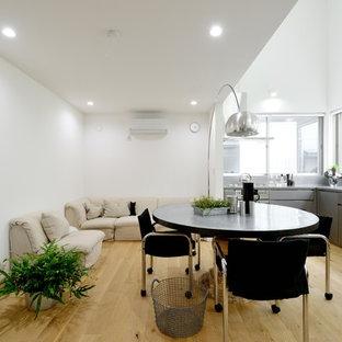 東京23区のモダンスタイルのおしゃれなLDK (白い壁、淡色無垢フローリング、暖炉なし、白い床、据え置き型テレビ) の写真