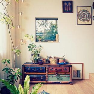 Foto de salón rústico, pequeño, con paredes blancas y suelo de madera clara