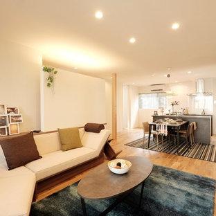 東京23区のモダンスタイルのおしゃれなキッチン (アンダーカウンターシンク、インセット扉のキャビネット、グレーのキャビネット、白いキッチンパネル、シルバーの調理設備の、淡色無垢フローリング、ベージュの床、グレーのキッチンカウンター) の写真