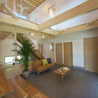 他の地域のアジアンスタイルのおしゃれなリビング (白い壁、コンクリートの床、グレーの床) の写真