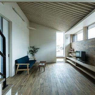 札幌のアジアンスタイルのおしゃれなリビング (マルチカラーの壁、無垢フローリング、据え置き型テレビ、茶色い床) の写真