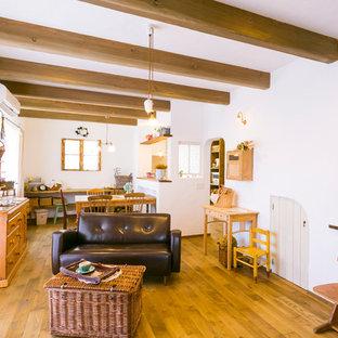 福岡の中サイズの地中海スタイルのおしゃれなLDK (フォーマル、白い壁、濃色無垢フローリング、据え置き型テレビ、茶色い床) の写真