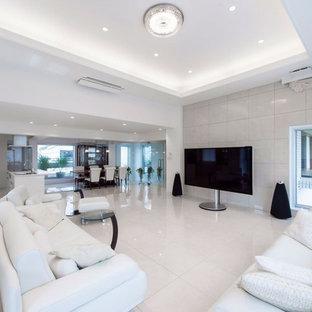 東京23区のモダンスタイルのおしゃれなLDK (白い壁、大理石の床、据え置き型テレビ、白い床) の写真