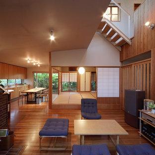 名古屋のコンテンポラリースタイルのおしゃれなLDK (茶色い壁、無垢フローリング、茶色い床、薪ストーブ) の写真