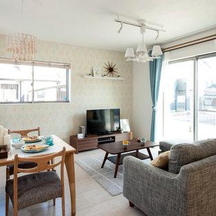 他の地域の北欧スタイルのおしゃれなLDK (白い壁、塗装フローリング、据え置き型テレビ、ベージュの床) の写真