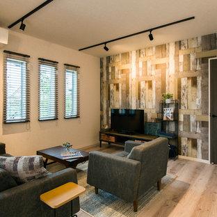 他の地域のコンテンポラリースタイルのおしゃれなリビング (マルチカラーの壁、塗装フローリング、据え置き型テレビ、グレーの床) の写真