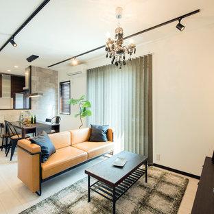 Modelo de salón contemporáneo, pequeño, con paredes blancas, suelo de madera pintada y suelo blanco