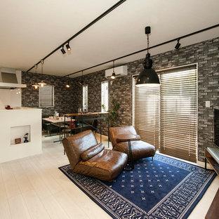 他の地域の小さいインダストリアルスタイルのおしゃれなLDK (据え置き型テレビ、ベージュの床、淡色無垢フローリング) の写真