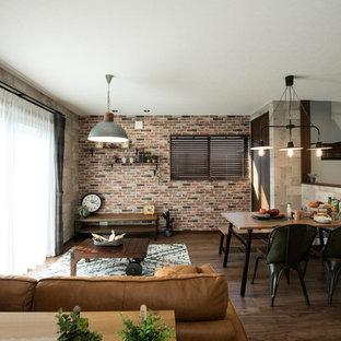 他の地域のトランジショナルスタイルのリビング・居間の画像 (グレーの壁、濃色無垢フローリング、茶色い床)